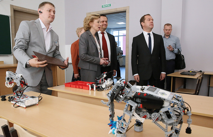 Медведев познакомился с технологиями, которые будут изучать в школе в Великом Новгороде