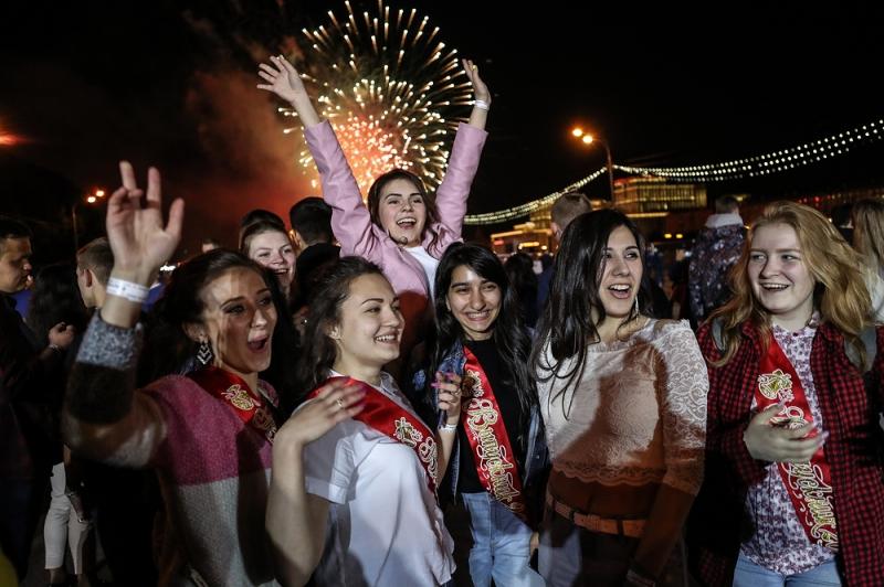 """""""Гуляли всю ночь до утра"""": как российские школьники отметили выпускной"""