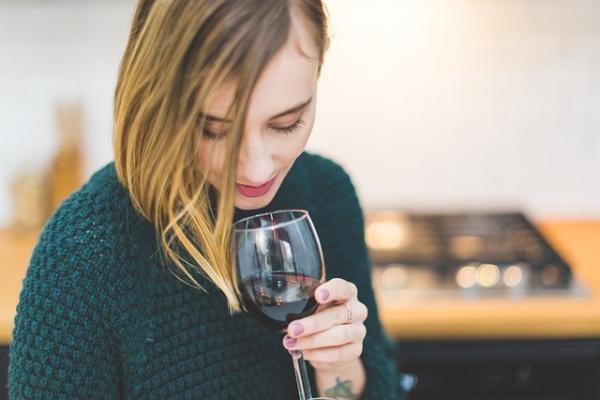 Как предменструальный синдром связан с алкоголем