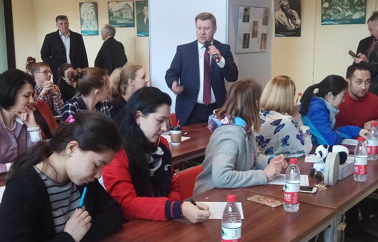 """Жители Пекина вместе с мэром Новосибирска написали """"Тотальный диктант"""""""
