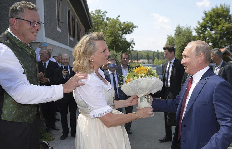 Глава МИД Австрии заявила, что удивилась, когда Путин принял ее приглашение на свадьбу